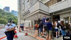 香港首宗國安法案件7月27日在高等法院判決,被告唐英傑煽動分裂及恐怖活動兩項罪名成立,大批記者在法院門外採訪,亦有大批警員在場戒備 (美國之音/湯惠芸)