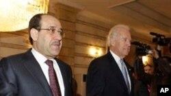 누리 알 말리키 이라크 대통령의 영접을 받는 바이든 부통령(우)