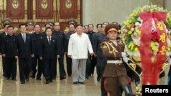 김정은 북한 국무위원장이 지난달 10일 노동당 창건 74주년을 맞아 금수산태양궁전을 참배했다.