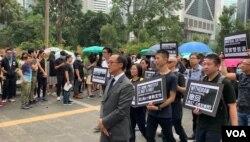 香港会计界立法会议员梁继昌率领数千名香港会计从业者举行反修例游行。(美国之音林枫拍摄,2019年8月23日)
