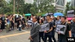 香港會計界立法會議員梁繼昌率領數千名香港會計界從業員舉行反修例遊行 (美國之音林楓拍攝,2019年8月23日)
