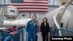 TT Đài Loan Thái Anh Văn tham quan Trung tâm Khong gian Johnson của NASA với phi hành gia Michael Finke. Photo credit: Taiwan Presidential Office