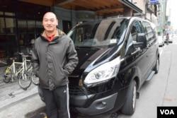移民台灣的香港人梁建忠從事包車旅遊生意。(美國之音湯惠芸攝)