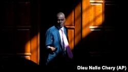រូបឯកសារ៖ ប្រធានាធិបតីហៃទី លោក Jovenel Moise រៀបនឹងផ្ដល់បទសម្ភាសន៍មួយនៅគេហដ្ឋានរបស់លោកនៅជាយក្រុង Port-au-Prince ប្រទេសហៃទី ថ្ងៃទី៧ ខែកុម្ភៈ ឆ្នាំ២០២០។ លោកត្រូវបានគេធ្វើឃាតកាលពីថ្ងៃទី៧ ខែកក្កដា ឆ្នាំ២០២១។