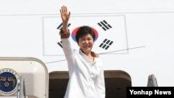박근혜 한국 대통령이 러시아에서 열리는 주요 20개국 정상회의 참석과 베트남 국빈방문을 위해 4일 경기도 성남시 서울공항에서 출국하며 인사하고 있다.