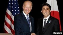 지난 2013년 싱가폴에서 열린 양자회담에서 만난 조 바이든 미국 부통령과 아베 신조 일본 총리 (자료사진)