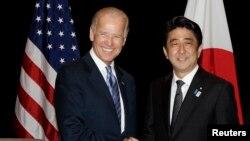 조 바이든 미국 부통령(왼쪽)이 지난 7월 싱가폴에서 아베 신조 일본 총리와 회담했다.