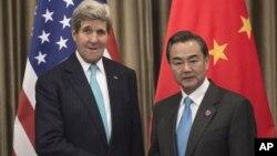 美國國務卿克里(左)在北京APEC會議期間與中國外長王毅會面。
