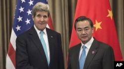 美国国务卿克里和中国外长王毅在APEC峰会期间会晤(2014年11月7日)