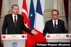 Tổng thống Pháp Francois Hollande (phải) và Tổng thống Thổ Nhĩ Kỳ Tayyip Erdogan tại một cuộc họp báo chung ở Điện Elysee ở Paris, 31/10/2014.