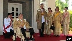 Quốc vương Thái Lan Bhumibol Adulyadej (ngồi) trong một buổi lễ mừng sinh nhật lần thứ 86 ở tỉnh Prachuap Khiri Khan, ngày 5 tháng 12, 2013.
