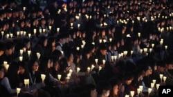 韩国鞍山高中学生举行仪式(时间不详),悼念两年前韩国南部沿世月号轮渡灾难的遇难者。