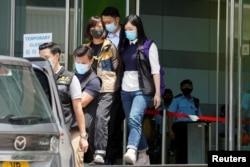 香港警方在壹傳媒集團總部拘捕《蘋果日報》副社長陳沛敏。(2021 年6 月17日)