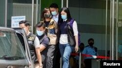 2021 年 6 月 17 日,香港警方的國家安全處在壹傳媒集團總部拘捕《蘋果日報》副社長陳沛敏 (路透社照片)