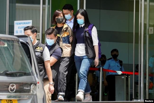 香港警方在壹传媒集团总部拘捕《苹果日报?副社长陈沛敏。 (2021 年6 月17日)
