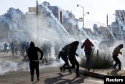 지난 7일 요르단 서안지구 베이트엘 유대인 정착촌 인근에서 팔레스타인인들이 미국의 예루살렘 수도 선언에 반대하는 시위를 벌이고 있다.