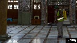 کراچی کی ایک مسجد میں جراثیم کش اسپرے کیا جارہا ہے