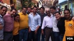 En la imagen, el dirigente juvenil chileno, Felipe Cuevas (centro) con otros activistas en Caracas, Venezuela. (Foto: Twitter)
