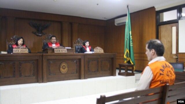 Warga Italia Andrea Giovanni Sorteni menjalani persidangan di pengadilan di Yogyakarta. (VOA/Nurhadi Sucahyo)
