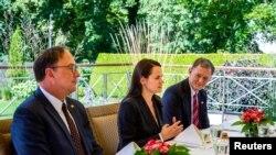 Pemimpin oposisi Belarusia Sviatlana Tsikhanouskaya (tengah) bertemu Wakil Menteri Luar Negeri AS Stephen Biegun (tidak tampak di gambar, di Vilnius, Lituania, 24 Agustus 2020.