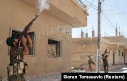 Para kombatan dari Unit Perlindungan Rakyat menembak drone yang dioperasikan militan ISIS di Raqqa, Suriah, 16 Juni 2017. (Foto: Reuters/Goran Tomasevic)