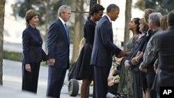 奧巴馬總統星期天在紐約世貿中心遺址上慰問九一一死難者家屬