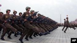 노동당 창건 기념일 행진을 하는 북한군 (자료사진)