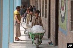 ယီမင္ႏိုင္ငံ Sana'a ၿမိဳ႕မွာ ကမၻာ့စားနပ္ရိကၡာအဖြဲ႔ (WFP) က ကူညီေထာက္ပံ့ေပးတဲ့ ရိကၡာထုပ္ေတြကို သယ္ေနတဲ့ ျမင္ကြင္း။ (စက္တင္ဘာ ၁၇၊ ၂၀၂၀)