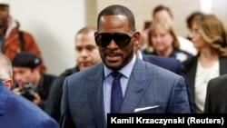 Penyanyi R&B R. Kelly tiba untuk persidangan nafkah anak di pengadilan Cook County, Chicago, Illinois, 6 Maret 2019. (Foto: Kamil Krzaczynski/Reuters)