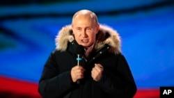 俄罗斯总统普京周日在莫斯科克里姆林宫附近举行的一个集会上讲话。(2018年3月18日)