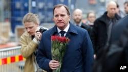 Švedski premijer Stefan Lofven položio cveće za žrtve i povređene u terorističkom napadu u Stokholmu, 8. april 2017.
