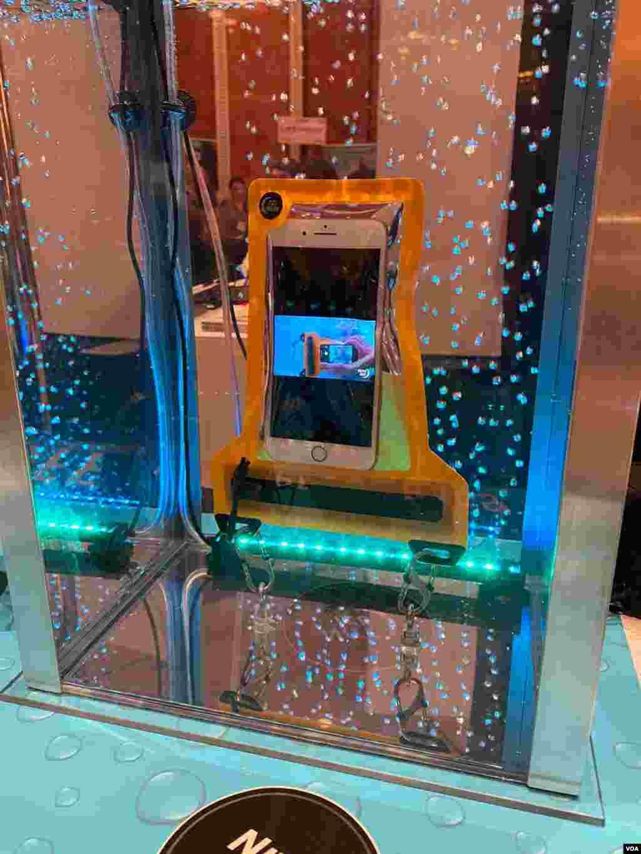 CES 2020/Bolsa resistente al agua para el móvil, puede estar sumergida por horas sin que afecte el teléfono. Ideal para cuando se va de excursión. Foto: Iacopo Luzi.