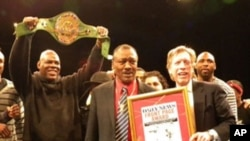 Joe Frazier prima priznanje lista New York Daily News