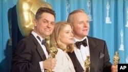 Nan foto sa a (31 me 1992) sineyas Jonathan Demme (agoch) tap resevwa yon twofe pou meyè direktè, ansanm ak aktrès Jodie Foster e aktè Anthony Hopkins.