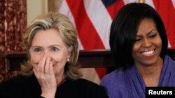 Ibu negara AS Michele Obama bersama mantan Menteri Luar Negeri Hillary Clinton. Data pribadi keduanya muncul di sebuah laman peretas. (Foto: Dok)