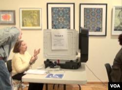 马里兰州选民在投票 (美国之音诗萌拍摄)