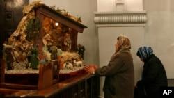 دو زن مسیحی ایران در کلیسایی در تهران در حال نیایش.