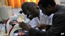 Para ilmuwan di Afrika melakukan penelitian malaria di laboratorium (foto: dok).