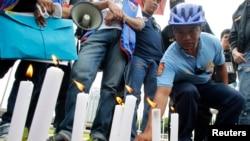 2013年8月23日,一位当地警察向2010年公车人质事件的受害人献花