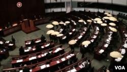 多名香港泛民主派立法會議員,在政務司司長林鄭月娥宣讀第二輪政改諮詢聲明前,撐起黃傘離場抗議。(美國之音特約記者湯惠芸攝)