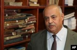 Jamal Abdel-Majeed Abdulkareem, direktur sementara perpustakaan Baghdad dan arsip di Perpustakaan Nasional Baghdad di Irak, 28 Juli 2015.