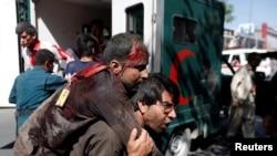 2017年5月31日喀布尔发生爆炸恐袭事件后,一名阿富汗男子背着伤者去医院。