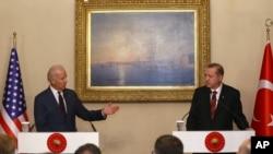 Wakil Presiden AS Joe Biden, kiri dan Presiden Turki Recep Tayyip Erdogen dalam konferensi pers gabungan di Istambul, Turki, Saturday, 22 November 2014.