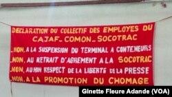 Banderole à la devanture du groupe CAJAF COMON dont la télé et la radio ont été fermé, à Cotonou, au Bénin, le 4 décembre 2016. (VOA/Ginette Fleure Adande)