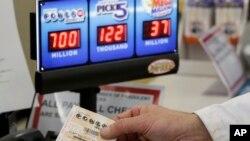 23일 미국 네바다주 오마하에서 한 고객이 상금 7억달러에 달하는 파워볼 복권을 사고 있다. 이날 추첨 결과 매사추세츠주에서 당첨 복권이 판매됐다고 미국 언론들이 전했다.