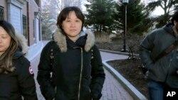 资料照片:居住在加拿大的中国公民隋晓宁在认罪后离开波士顿的美国联邦法庭,她承认支付40万美元让她的儿子假冒足球队员被加州大学洛杉矶分校录取。(2020年2月21日)