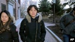 居住在加拿大的中國公民隋曉寧在認罪後離開波士頓的美國聯邦法庭,她承認支付40萬美元讓她的兒子假冒足球隊員被加州大學洛杉磯分校錄取。(2020年2月21日)