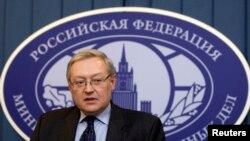 El viceministro de Relaciones Exteriores ruso, Sergei Ryabkov, se reunió con el embajador estadounidense en Moscú, John Tefft.