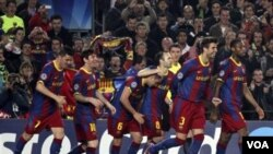 Para pemain FC Barcelona bergembira setelah Gerard Pique (kedua dari kanan) mencetak gol ke gawang Shakhtar Donetsk dalam leg pertama Liga Champions di Stadion Nou Camp hari Rabu (6/4). Barcelona menang 5-1.