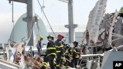 Vatrogasci pretražuju ruševine u Mirandoli, na severu Italije